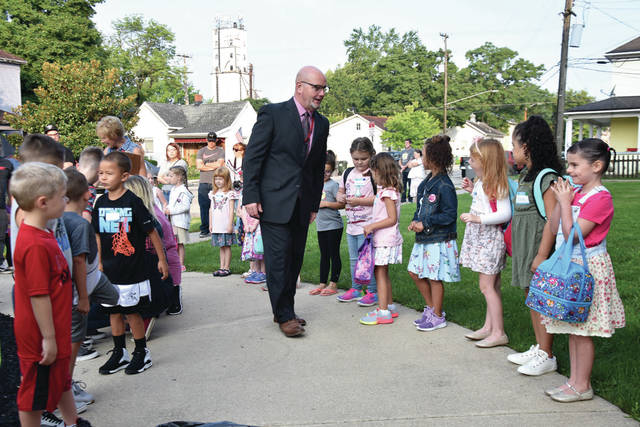 Cody Willoughby | Troy Daily News Incoming kindergartners at Forest Elementary School meet their new principal, Paul Hohlbein, ahead of their first day of school on Wednesday in Troy.