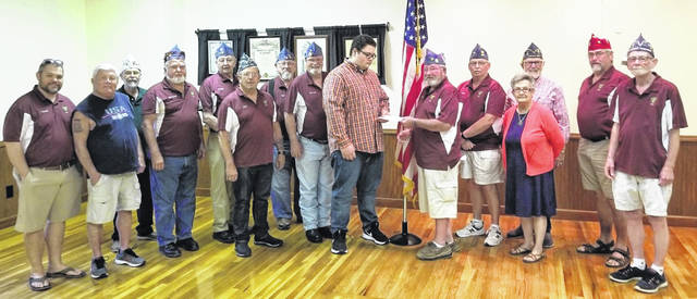 Michael Flanigan, middle, receives the check from Program Directeur Robert Rich along with members Chad Taylor, Jim Vest, guest 4th District Cheminot Joe Dolwig, and members Jim Cook, Charles Lakatos, Jack Rose, Michael Boyle, Richard James, Mike Sutton, Pat Dewees, Paul Sands, Charlie Shoemaker and Jerry LeForge.