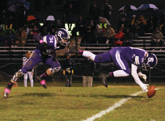 Swanton's Kodi Jones (19) and Ryan Marvin race after a fumbled snap against Archbold on Friday.