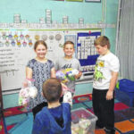 Leon Luckies distribute Easter bags
