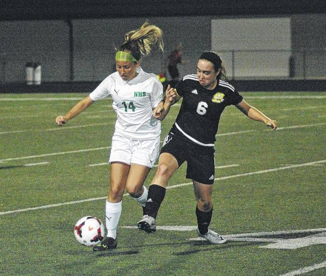<strong>Chloe Bragg gets control while fighting off Sidney defender Macie Ivey.</strong>