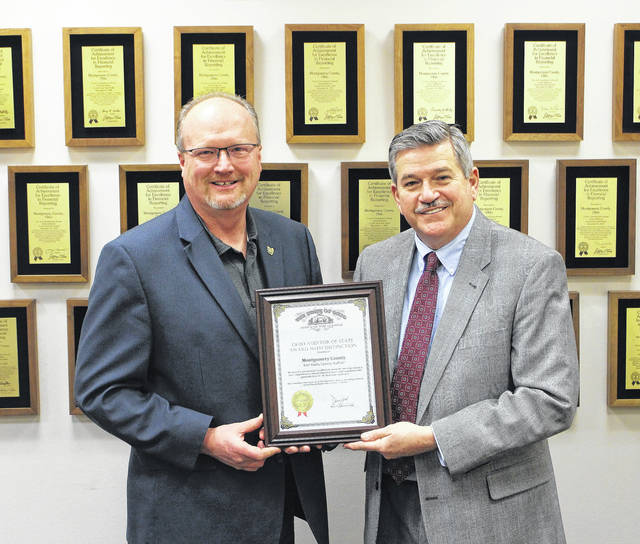 <strong>Joe Braden, Ohio Auditor of State regional liaison, presents Auditor Keith with the Auditor of State Award with Distinction.</strong>