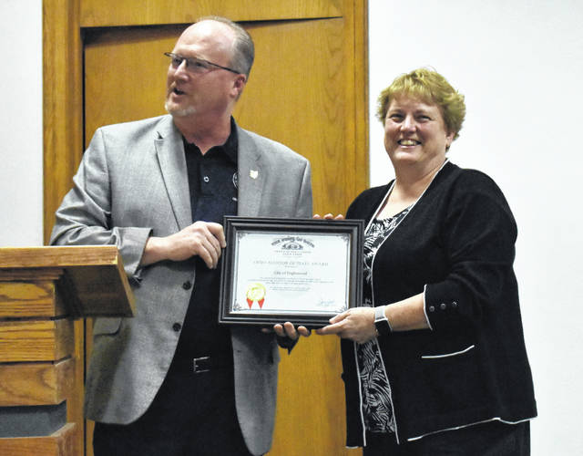 <strong>Joe Braden, state auditor&#8217;s office representative, presents Englewood&#8217;s Director of Finance Della Stearns with the Auditor of State Award.</strong>