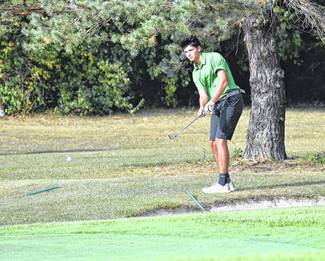 <strong>Justus Thomas chips onto the No. 3 green vs. Fairmont during the annual FireBolt Cup.</strong>