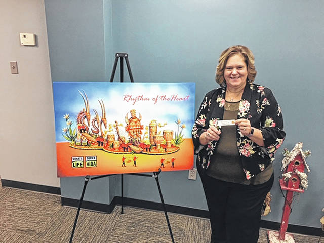 Tammie Wilson, chief nursing officer at Fayette County Memorial Hospital, signs a rose that will be placed on the 2019 Donate Life Rose Parade Float at this year's Rose Parade on Jan. 1, 2019. This is to show appreciation for the continued support Fayette County Memorial Hospital shows Lifeline of Ohio through the organ, eye and tissue donation process.
