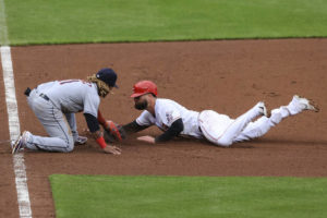 Votto turns triple play, Reds walk off Indians