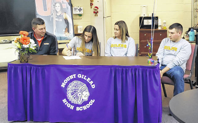 Mount Gilead senior Baylee Hack signs to run track and cross country for the University of Findlay. Sitting with her are (l-r) father Tom, mother Kristen and brother Grant.