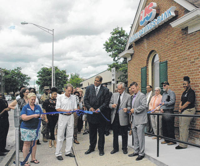 Scott Halasz | Greene County News Union Savings Bank celebrated its opening with a ribbon cutting May 30. City, chamber of commerce and bank officials participated in the ribbon cutting.