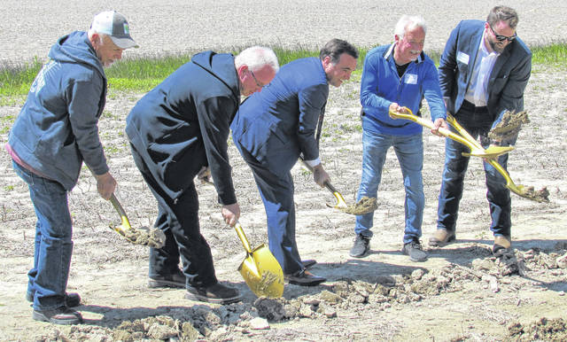 Members of the families who are landowners for the New Market Solar project joined in the groundbreaking ceremonies held Thursday at the Carraher farm on Stringtown Road. Shown (l-r) are Harold Hauke, Doug Carraher, Cincinnati Mayor John Cranley, Brad Carraher and Hecate Development Associate Jared Wren.