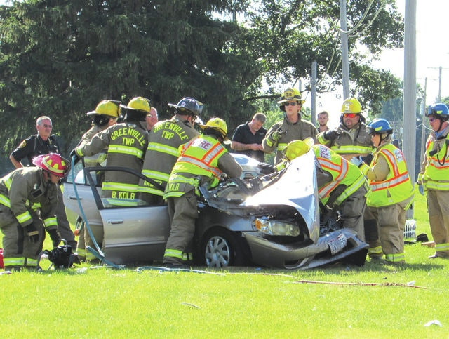 Sheriff investigate 3-car wreck on 571 - Daily Advocate