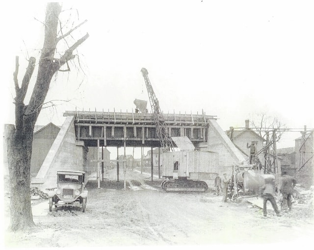Constructing the Gwynne and Russell Street railroad overpass, 1926.