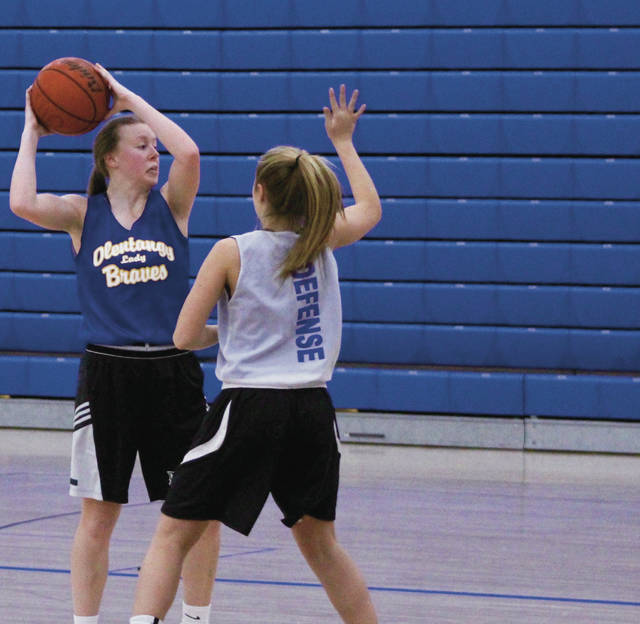 Olentangy senior Lauren Tarpey looks to pass during a practice last week.