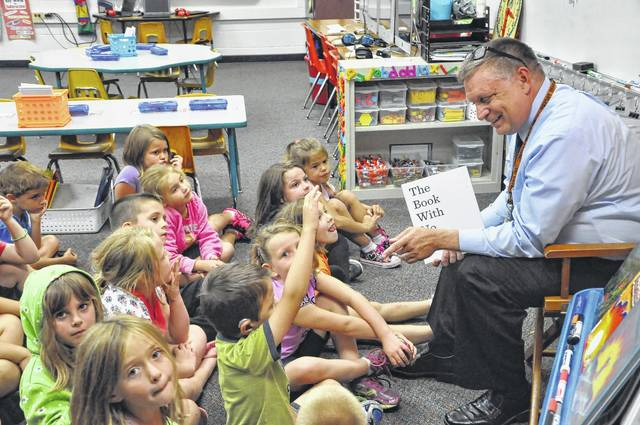 Delaware City Schools Superintendent Paul Craft reads a book to Michelle Brandum's first-grade class on a September afternoon at Smith Elementary School in 2015. Craft's last day with the district was Wednesday.