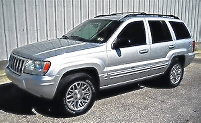 A photo of a vehicle similar to the silver 2004 Jeep Grand Cherokee that Freeman drives.