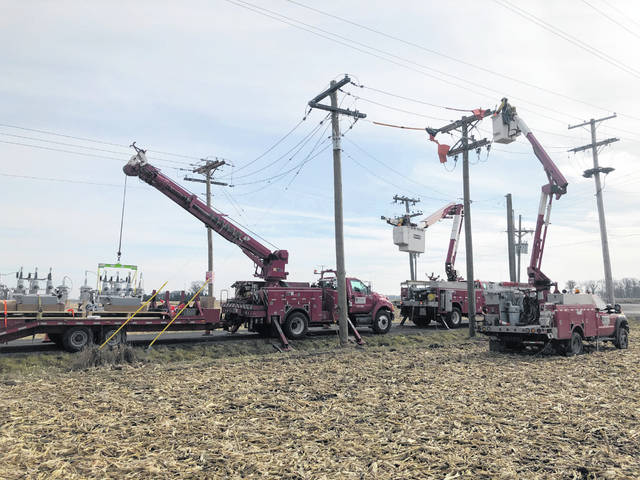 Midwest Electric crews get ready to install a recloser bracket, which is a switching device that allows for automated control to isolate outages and restore power faster. This is part of the multi-year SCADA distribution automation project.