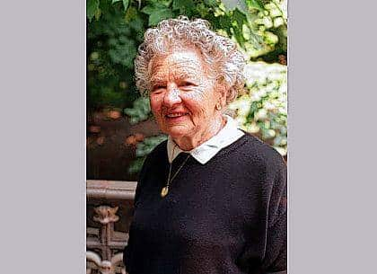 "In this June 10, 1997, file photo, author Lillian Ross appears in Central Park in New York. Ross, the ever-watchful New Yorker reporter whose close, narrative style defined a memorable and influential 70-year career, including a revealing portrait of Ernest Hemingway and a classic Hollywood expose, has died at age 99. Ross contributed stories to The New Yorker for decades, notably a 1940s portrait of Ernest Hemingway. Her Hollywood book, ""Picture,"" was regarded as a landmark in film writing and an early example of the ""nonfiction novel."""