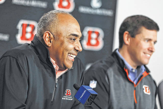 Cincinnati head coach Marvin Lewis, left, is joined at a Wednesday news conference in Cincinnati with offensive coordinator Bill Lazor.
