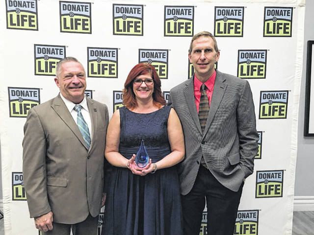 Earlier this month, Deann Heiing (center) and her husband Larry (right) received recognition at the Lifeline of Ohio STAR banquet for their efforts involving donation awareness.