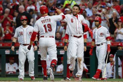 Cincinnati Reds' Joey Votto (19) celebrates with Billy Hamilton (6) after hitting a grand slam off Detroit Tigers starting pitcher Matthew Boyd during the third inning of Tuesday night's game in Cincinnati. (AP photo)