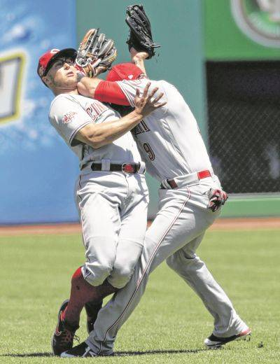 Cincinnati's Nick Senzel, left, and Jose Peraza collide going after a ball hit by the Indians' Francisco Lindor during Wednesday's game in Cleveland.