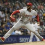 Suarez hits 2 HRs as Reds rally against Milwaukee
