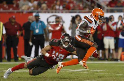 Cleveland running back D'Ernest Johnson (30) eludes Buccaneers linebacker Jack Cichy during Friday night's preseason game in Tampa, Fla. (AP photo)
