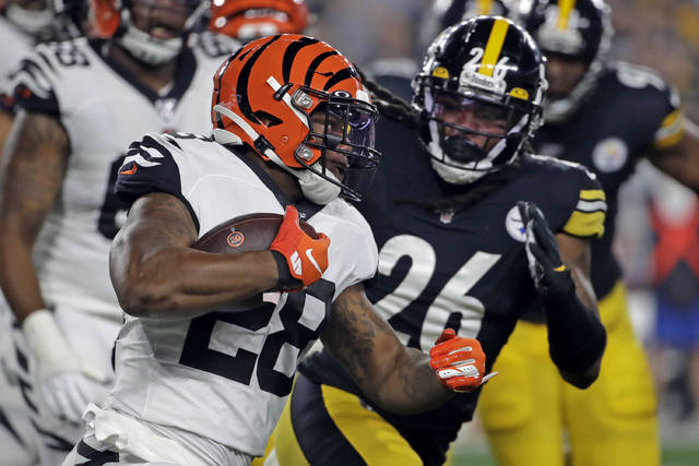 Cincinnati Bengals running back Joe Mixon (28) runs with Pittsburgh Steelers inside linebacker Mark Barron (26) in pursuit during the first half of an NFL football game in Pittsburgh, Monday, Sept. 30, 2019. (AP Photo/Don Wright)