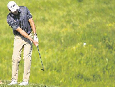 Richy Werenski chips on the 18th hole during Thursday's first round of the 3M Open in Blaine, Minn.
