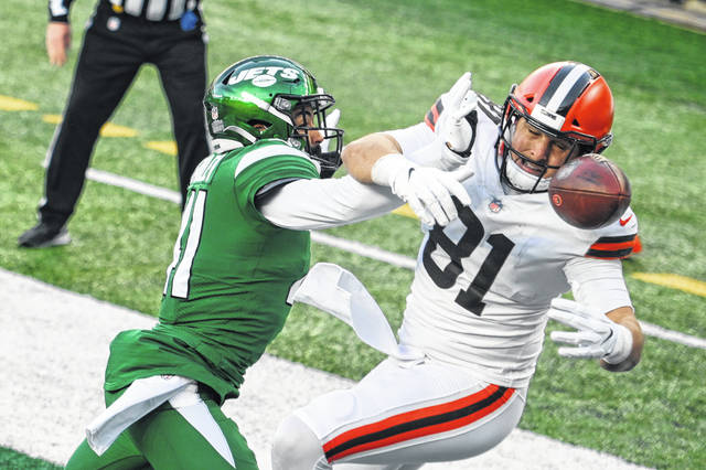 Matthias Farley (41) of the New York Jets breaks up a pass intended for Cleveland Browns tight end Austin Hooper (81) during the Jets' 23-16 win over the Browns on Sunday.