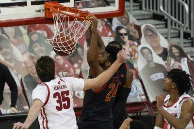Maryland's Donta Scott dunks during Monday night's game against Wisconsin in Madison, Wis. (AP photo)