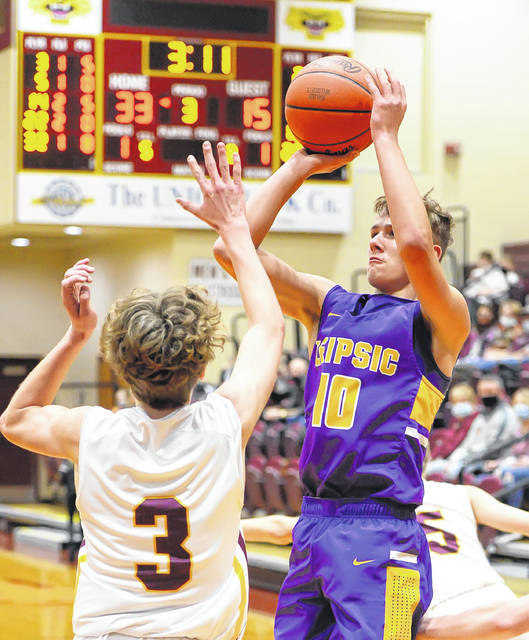 Leipsic's Jaden Siefker puts up a shot against Kalida's Brandon Miller during Saturday night's game at Kalida.