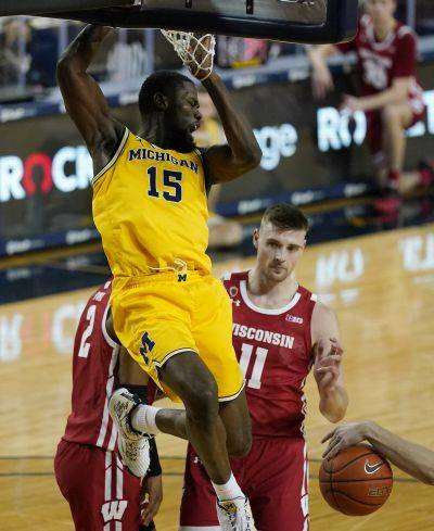 Michigan guard Chaundee Brown (15) dunks during Tuesday night's game against Wisconsin in Ann Arbor, Mich. (AP Photo)