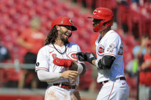 Reds beat Pirates to stay in playoff race